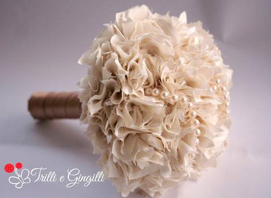 Bouquet in tessuto pon pon e perle
