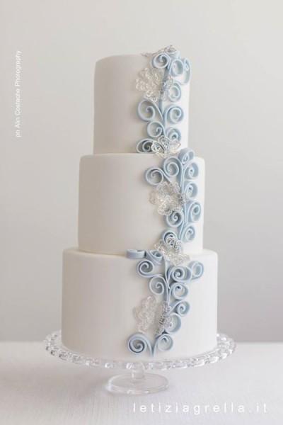 torta matrimonio con decorazioni quilling azzurre