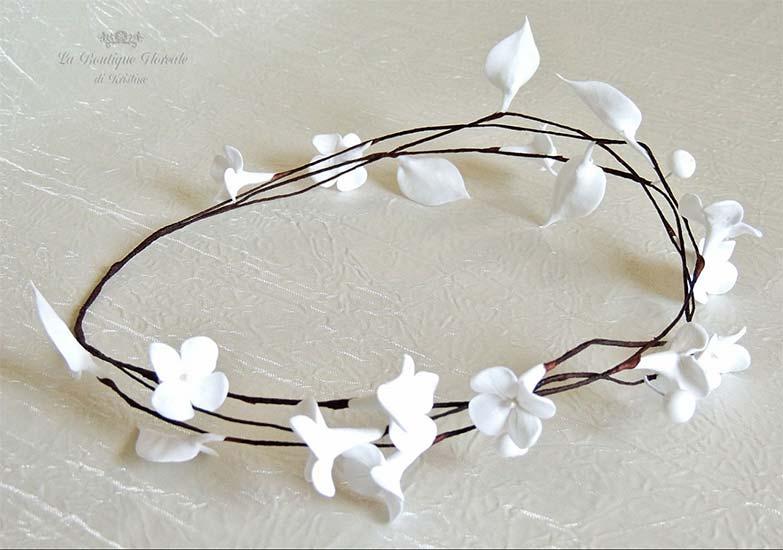 Corona di fiori boho-chic con fiori bianchi