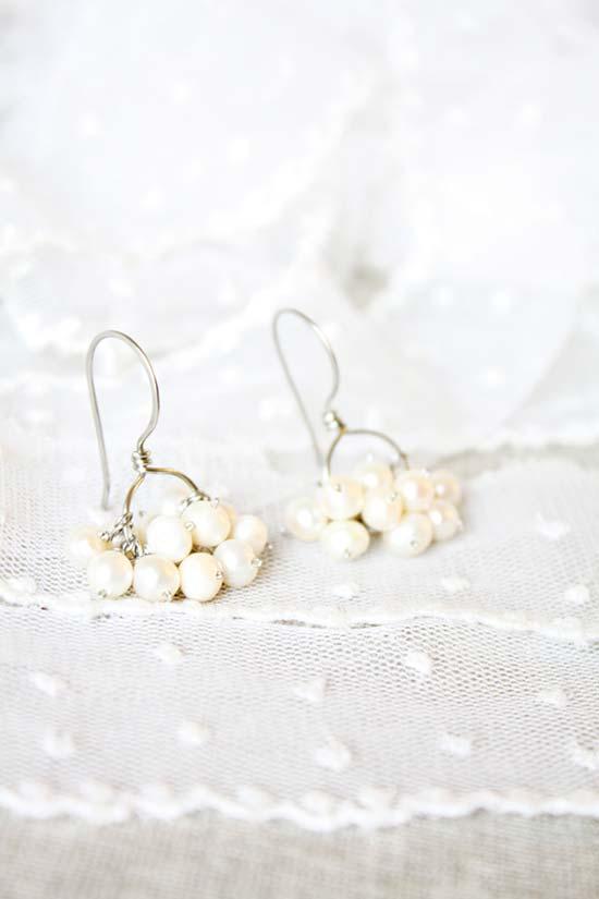 orecchini da sposa pendenti con grappoli di perle bianche