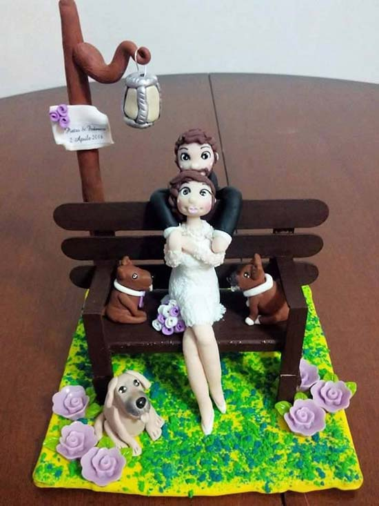 Cake topper sposini personalizzati su panchina con cani