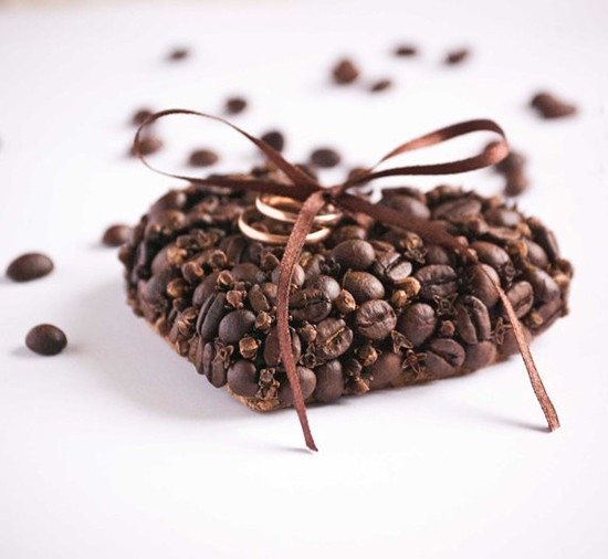 Cuscino portafedi a cuore con chicchi di caffè