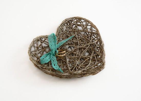Cuscino portafedi cuore in vimini