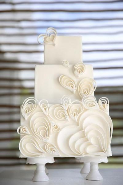 torta matrimonio con decorazioni quilling bianche