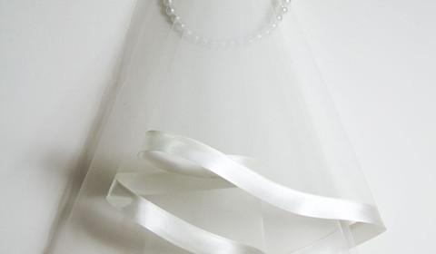 Velo da sposa bianco in tulle con bordatura in raso