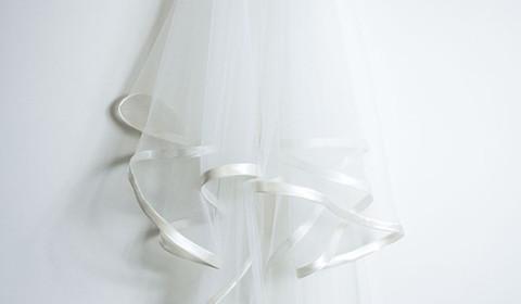Velo da sposa bianco in tulle lungo con bordatura in raso