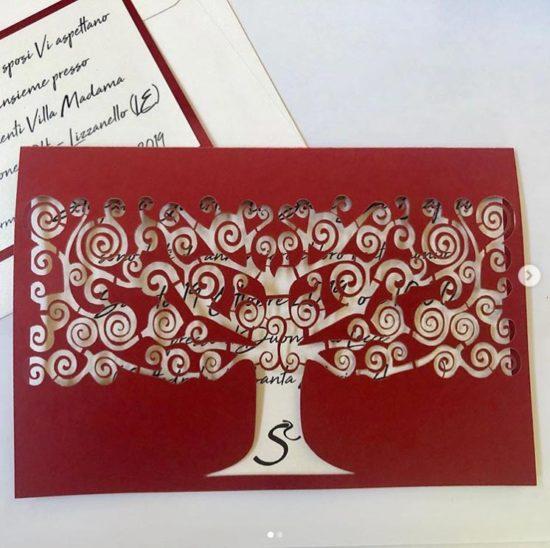 partecipazioni matrimonio con albero della vita su sfondo rosso