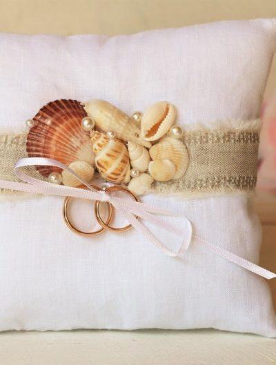 Cuscino portafedi a tema mare con conchiglie e perle