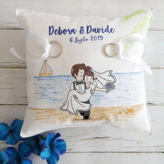 Cuscino portafedi a tema mare personalizzato con caricatura degli sposi